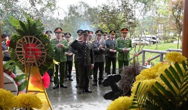 Đoàn công tác đến dâng hương tại nhà tưởng niệm Hang Lèn Hà