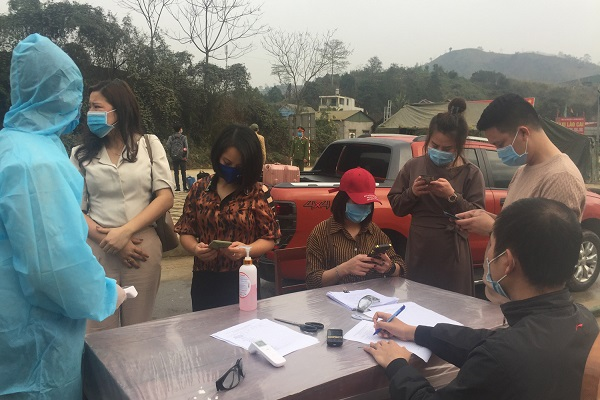 Người dân khai báo y tế tại Chốt Kiểm dịch y tế nút giao IC 16