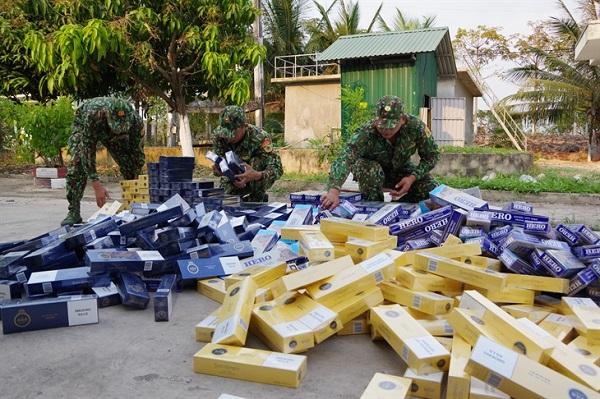 Lực lượng chức năng kiểm đếm hàng hóa vừa thu giữ