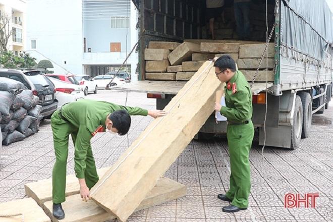 Lực lượng chức năng kiểm tra, phát hiện trên xe chở khoảng 10m³ gỗ không rõ nguồn gốc