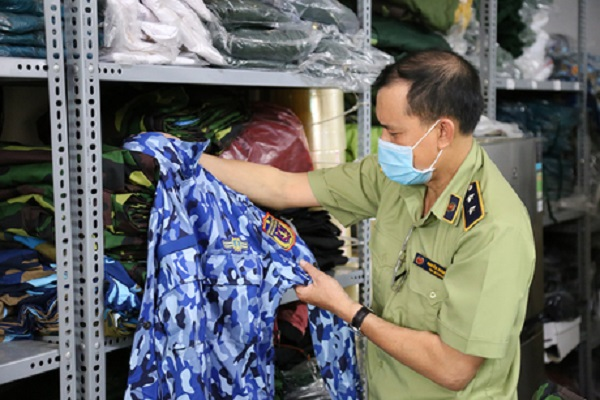 Lực lượng QLTT TP.HCM kiểm đếm số hàng hóa vi phạm