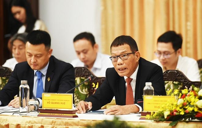 Phó Tổng giám đốc Tập đoàn Vingroup, Võ Quang Huệ phát biểu tại buổi gặp mặt