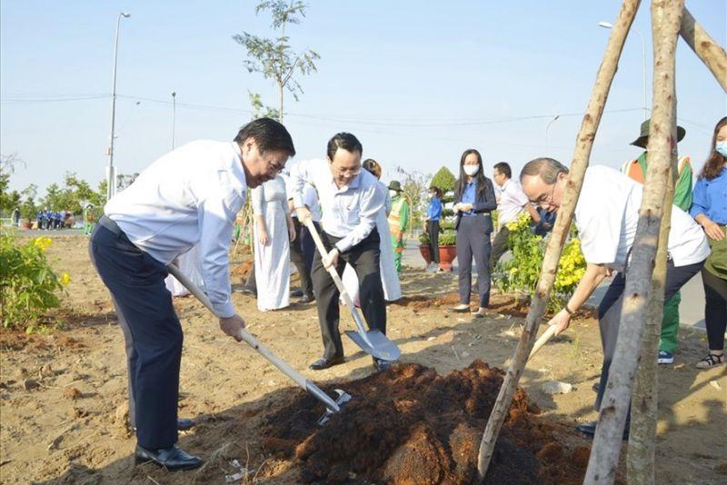 Các đồng chí lãnh đạo TPHCM trồng cây tại TP Thủ Đức.