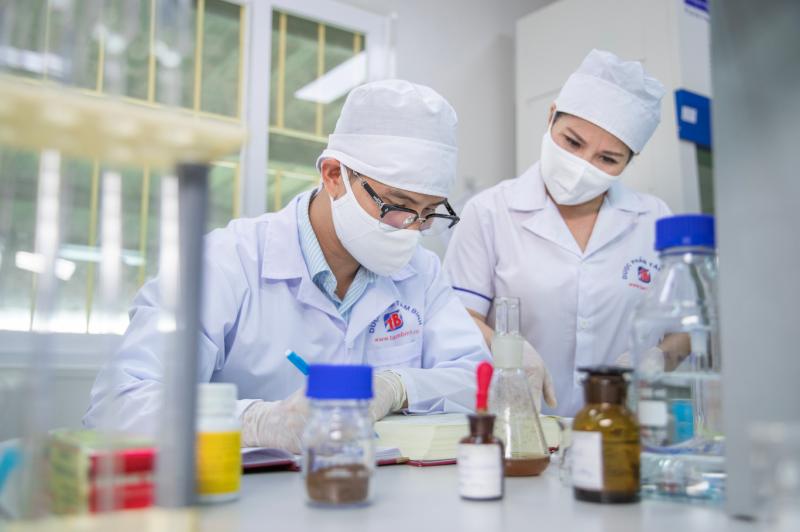 Th.s Nguyễn Minh Hoàng và TGĐ Lê Thị Bình trong phòng nghiên cứu