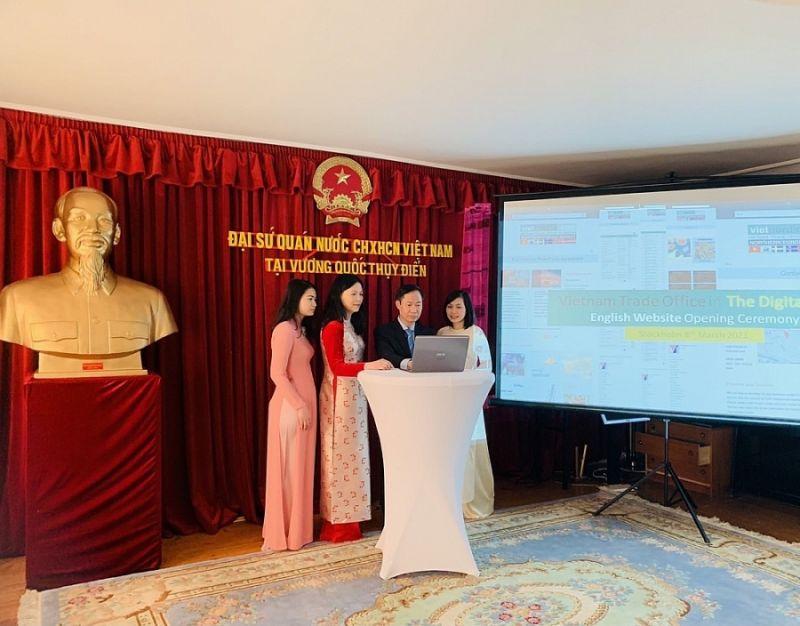 Đại sứ Việt Nam tại Thụy Điển Phan Đăng Đương đã bấm nút khai trương trang web tiếng Anh của Thương vụ