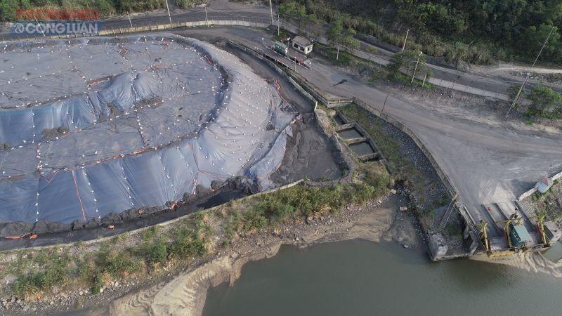 Hệ thống thu gom nước thải qua bể lắng rồi xả thẳng ra sông Diễn Vọng có màu đen đặc sệt.