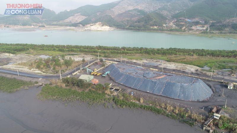 Một phần Cảng Làng Khánh 1 đang tập kết than chỉ được chắn bằng kè đất?