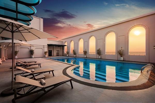 Bể bơi nằm trên tầng cao nhất của tòa nhà