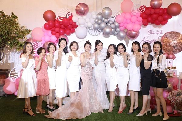Doanh nhân Nguyễn Thuỷ Tiên (thứ 6 từ phải sang), Chủ tịch hội đồng quản trị Công ty TNHH Thương mại đầu tư Gana (Gana Beauty)
