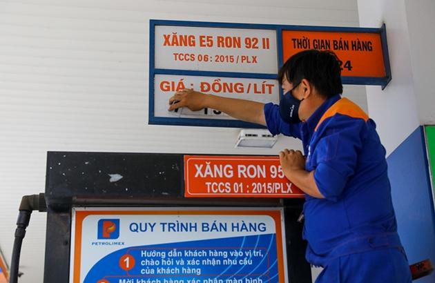 giá xăng RON 95 được điều chỉnh tăng 165 đồng/lít, xăng E5 RON 92 tăng 129 đồng/lít.