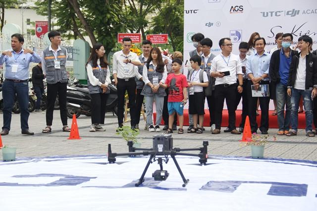 Trình diễn kĩ năng tại lễ ra mắt Học viện Drone (máy bay không người lái) miền Trung
