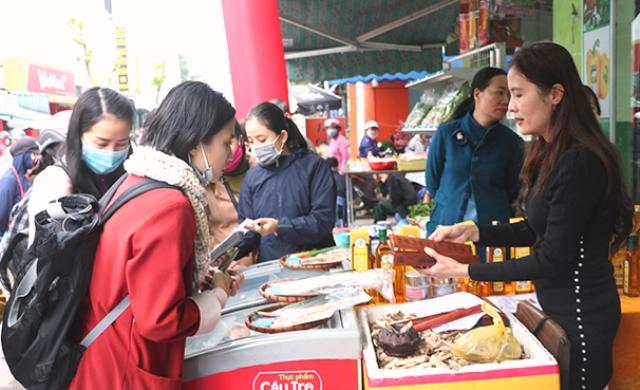 Điểm giới thiệu và bán sản phẩm tham gia chương trình OCOP trên địa bàn TP.Đà Nẵng thu hút nhiều người tham quan, mua sắm