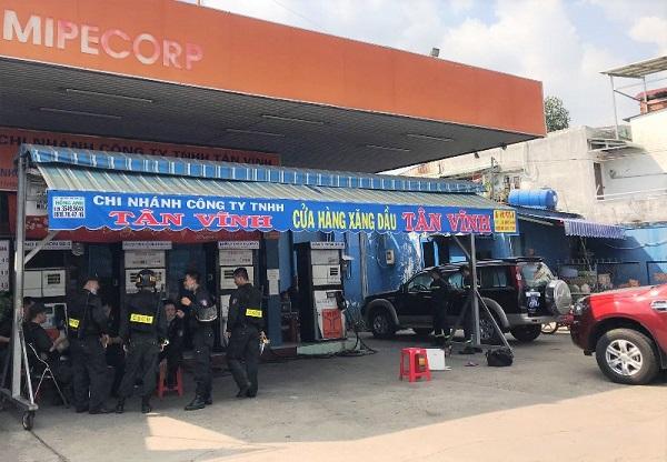 Công an khám xét cửa hàng xăng dầu liên quan đến đường dây làm giả xăng