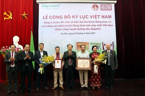Đại diện Ban lãnh đạo Traphaco nhận chứng nhận kỷ lục Việt Nam