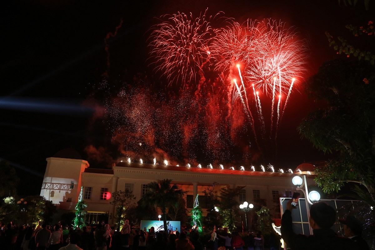 Màn trình diễn pháo hoa là điểm nhấn đặc biệt rất được mong đợi trong ngày mở màn Lễ hội hoa