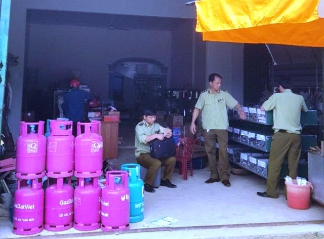 Lực lượng QLTT kiểm tra hoạt động kinh doanh điểm kinh doanh đổ bán LPG chai của Công ty TNHH DVTM Cầu Hưng