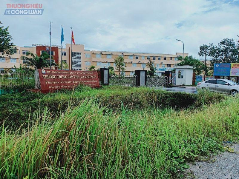 Trường Trung cấp Việt –Hàn Phú Quốc đóng trên ấp Bãi Vòng, xã Hàm Ninh, Phú Quốc, tỉnh Kiên Giang.