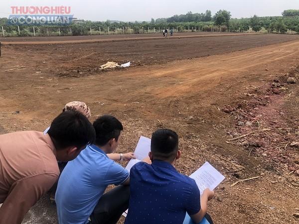 Nhân viên Công ty TNHH Tư vấn Địa ốc Đồng Tâm đang phân lô, bán nền rầm rộ, hàng chục nghìn m2 đất nông nghiệp