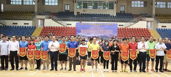 Các đại biểu trao cờ lưu niệm cho các đoàn tham gia Hội thao Đảng ủy Khối các cơ quan tỉnh năm 2021