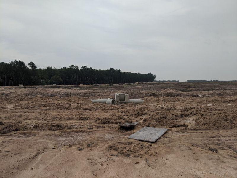 Hiện tại công trường dự án, theo quan sát nhà ở thưa thớt, xung quanh hầu hết là cây cao su.