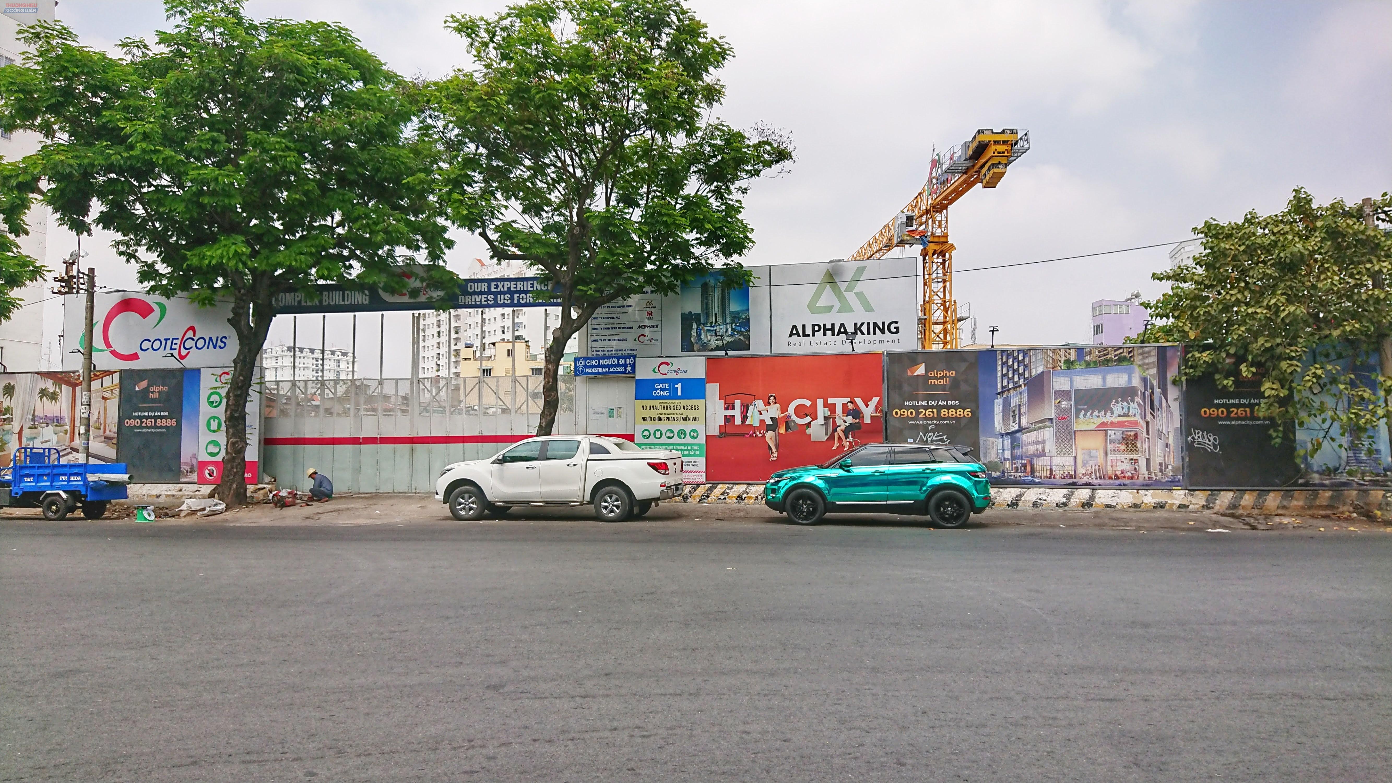 Còn dự án dự án Alpha City tọa lạc tại vị trí đắc địa, số 87 Cống Quỳnh, quận 1 cũng không mấy khả quan khi máy móc, vật liệu xây dựng ngổn ngang. Dự án có diện tích 8.320 m2 này được Alpha King mua lại từ Công ty TNHH Đầu tư và Xây dựng Ngân Bình.