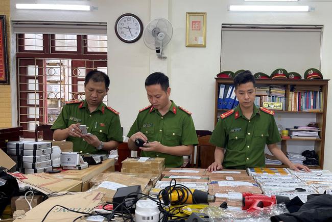 Lực lượng Công an kiểm tra các thiết bị