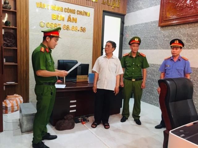 Lực lượng Công an đọc quyết định bắt ông Bùi Văn Ần (áo trắng)
