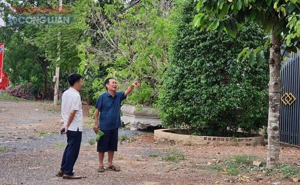 Gần 30 năm, Thương binh Nguyễn Công Rậc (bên phải) vẫn phải