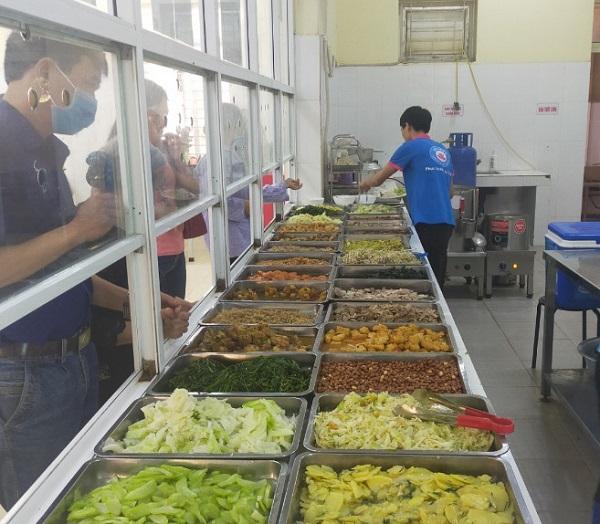 """Những bữa """"ăn ngon, đầy đủ dinh dưỡng và đẹp mắt"""" luôn được công ty chú trọng để đáp ứng yêu cầu ngày càng cao của bệnh nhân và khách hàng."""