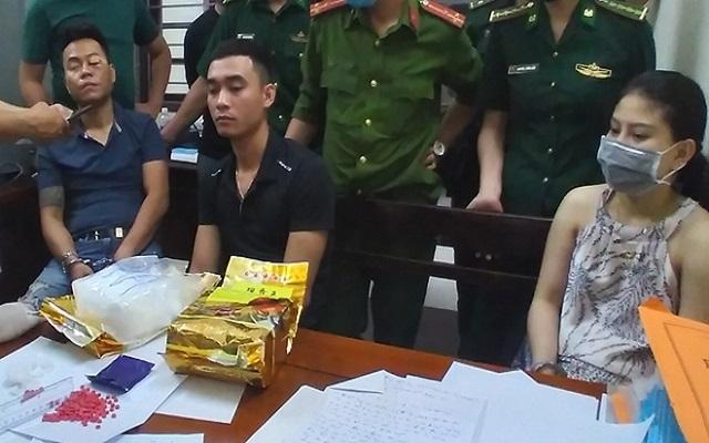 Ba đối tượng (từ phải qua trái): Nguyễn Trà Thị Trà My, Nguyễn Vũ Trọng, Trần Văn Trung cùng tang vật tại cơ quan công an