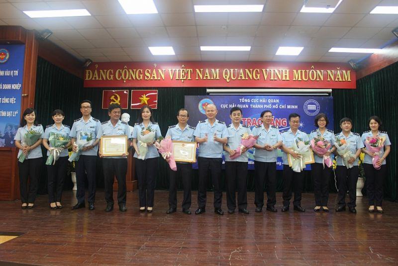 Lãnh đạo Cục Hải quan TPHCM khen thưởng các tập thể Chi cục Hải quan sân bay quốc tế Tân Sơn Nhất. Ảnh: T.H