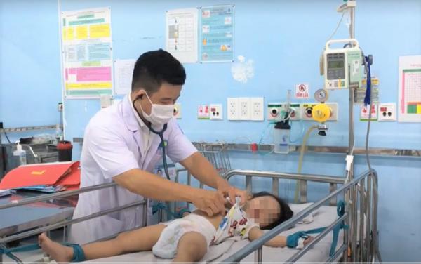 Một bệnh nhi từng mắc tay chân miệng mức độ nặng được điều trị tích cực tại Bệnh viện Nhi đồng 1 (TP.HCM)