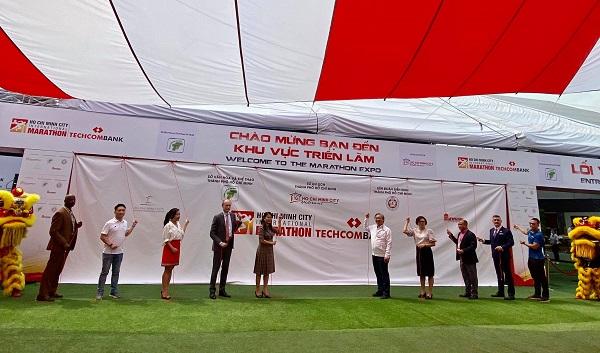 Bà Nguyễn Thị Ánh Hoa, Giám đốc Sở du lịch TPHCM cùng các đại biểu tiến hành lễ khai mạc Giải Marathon Quốc tế TPHCM Techcombank mùa thứ 4. Ảnh: Thùy Linh