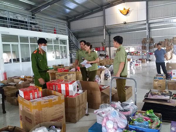 Kiểm tra, thu giữ nhiều đồ dùng gia đình không hóa đơn, không tem, nhãn phụ tại kho hàng ở xã Hải Bắc, huyện Hải Hậu.