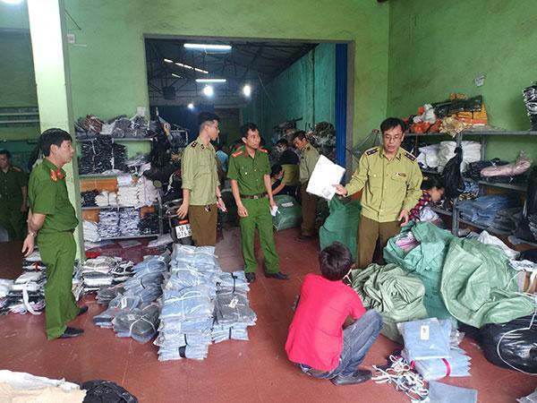 Phát hiện, thu giữ sản phẩm quần áo các loại tại kho hàng ở ga Đặng Xá, huyện Mỹ Lộc.