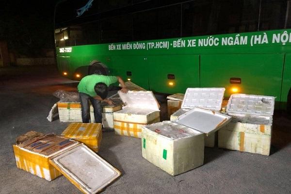 Lực lượng chức năng thu giữ gần 1 tấn thực phẩm bẩn được vận chuyển trên xe khách hướng Bắc - Nam