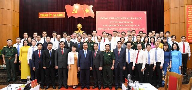 Chủ tịch nước chụp ảnh lưu niệm với lãnh đạo hai địa phương Quảng Nam và Đà Nẵng.
