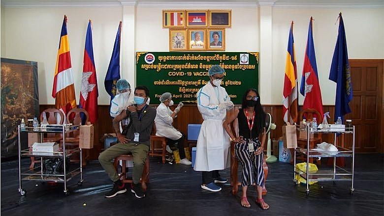 Tính đến nay, Campuchia đã tiêm chủng ngừa Covid-19 cho 678.406 người dân và 216.903 quân nhân. (Nguồn: The Phnom Penh Post)