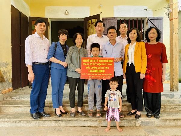 Lãnh đạo Hội Điều dưỡng Việt Nam và Hội Điều dưỡng tỉnh Hải Dương đã trao tặng sổ tiết kiệm hơn 1 tỷ đồng cho 2 con của nữ điều dưỡng Vũ Thị Tình