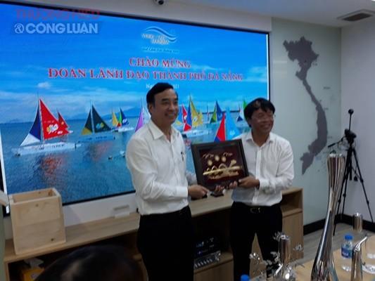 Chủ tịch HĐQT Công ty CP Vũng Tàu – Marina Vũ Văn Đảo tặng hoa lưu niệm Chủ tịch UBND thành phố Đà Nẵng Lê Trung Chinh.