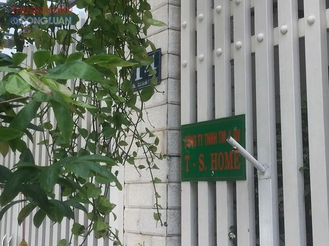Bảng hiệu nhận diện công ty T-S.Home khuất sau những lùm cây, chỉ to hơn bảng số nhà vài cm.
