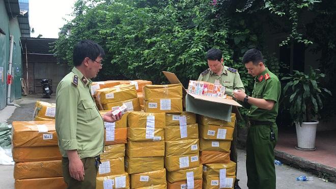Lực lượng chức năng đang kiểm kê lô hàng