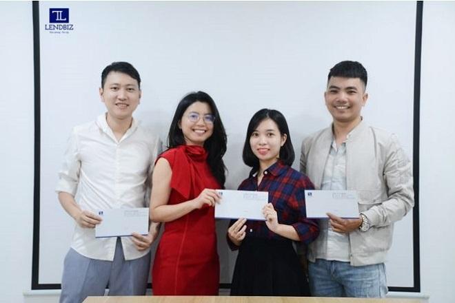Giám đốc Nhân sự Lendbiz trao thưởng cho các nhân viên giới thiệu ứng viên thành công
