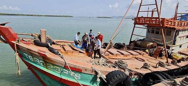 Tàu đánh cá cải trang chở dầu không hóa đơn chứng từ