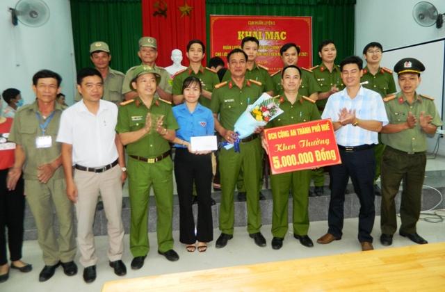 BCH Công an TP Huế tặng hoa và tiền thưởng cho tổ công tác số 4