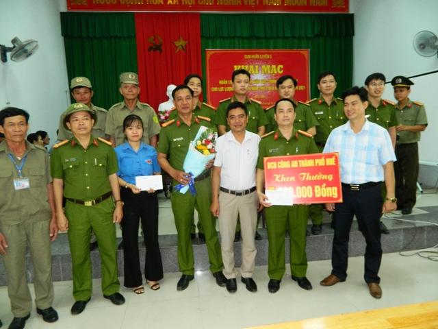 Chủ tịch UBND phường Phú Thuận tặng thưởng cho tổ công tác