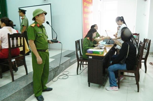 Thượng tá Nguyễn Thế Vũ phát biểu, khen thưởng tổ công tác số 4 tại UBND phường Phú Thuận (Huế) do Thiếu tá Nguyễn Thanh Duy phụ trách