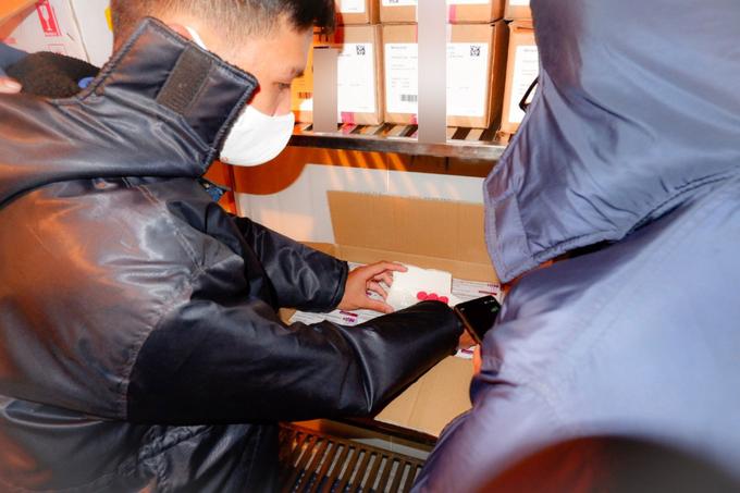 Nhân viên HCDC tiếp nhận vắc xin và bảo quản tại kho lạnh. Ảnh: HCDC