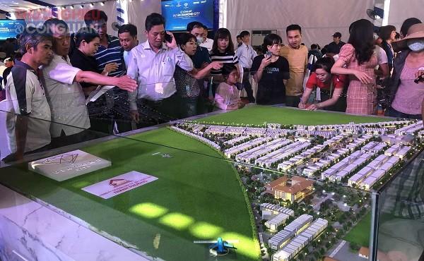 Khách tham quan mô hình dự án án Diamond City Lộc Ninh
