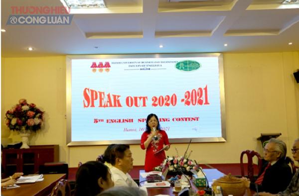 ThS. Dương Cẩm Tú - Chủ nhiệm Khoa tiếng Anh A phát biểu tại cuộc thi